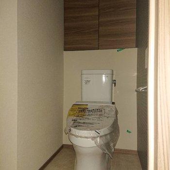 トイレもゆとりある広さ※写真は通電前のもの、フラッシュを使用して撮影しています※写真は12階の同間取り別部屋のものです。