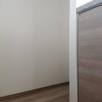 奥には冷蔵庫置場※写真は通電前のものです※写真は12階の同間取り別部屋のものです。