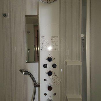 このシャワーヘッド憧れ。※写真は通電前のもの、フラッシュを使用して撮影しています※写真は12階の同間取り別部屋のものです。