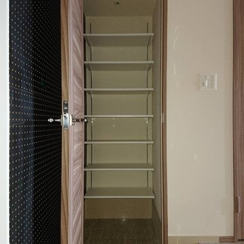 シューズインクローゼットも容量◎※写真は通電前のものです※写真は12階の同間取り別部屋のものです。