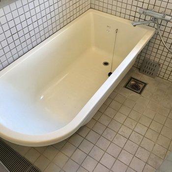 浴室はガラス貼りで、浴室も丸みのあるデザインでこれもいい