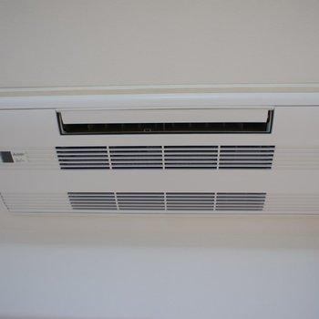 洋室にはこちらのタイプのエアコンが、※写真は前回募集時のもの