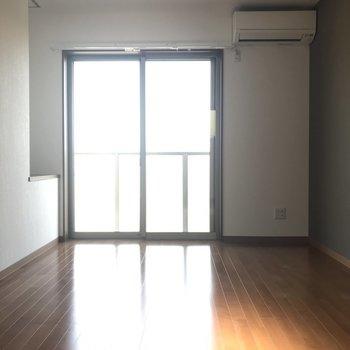 2階の洋室はゆとりの寝室にぴったり。明るさもしっかりと。(※写真は1階反転間取り別部屋のものです)