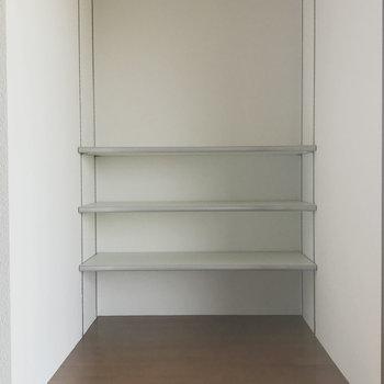 窓側にはオープンシェルフも。かわいい雑貨たち飾りましょ。(※写真は1階反転間取り別部屋のものです)
