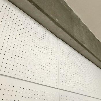 コンクリと有孔ボードの壁。アレンジしたくなりますね! (※写真は清掃前のものです)