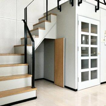 階段の下は小さな収納。奥行きがあるので収納ケースも入りそう。 (※写真は清掃前のものです)