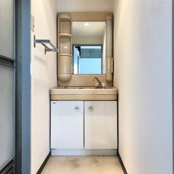 洗面台はちょっぴりレトロ。だけどそれが魅力的。 (※写真は清掃前のものです)