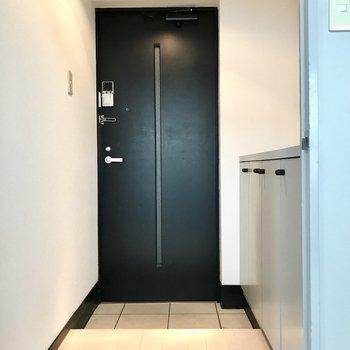 玄関は電子錠。防犯面もそうだけど、毎日ウキウキしちゃう。 (※写真は清掃前のものです)