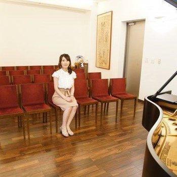 1Fにはピアノ付のホールがありますよ。 (※イメージ写真です)
