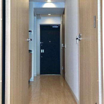 廊下は、2人が行き来できるスペースを確保
