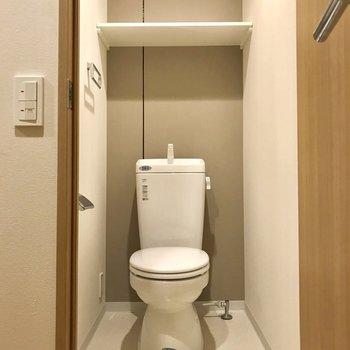 トイレは、閉塞感がありませんでした。しかも、棚があるのが嬉しい