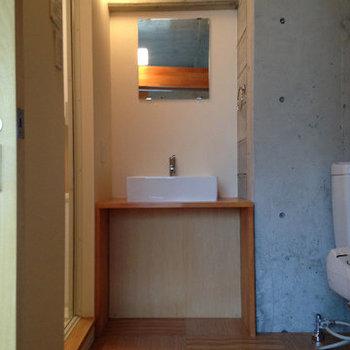 コンパクトな洗面台。※写真は6階の反転間取り別部屋のものです