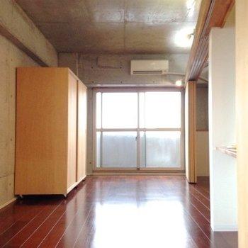 コンクリ打ちっぱなしのお部屋です。※写真は6階の反転間取り別部屋のものです