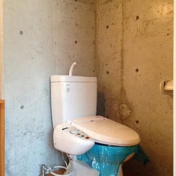 ウォシュレット付きのトイレ。※写真は6階の反転間取り別部屋のものです