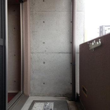 バルコニーの広さも十分。※写真は6階の反転間取り別部屋のものです