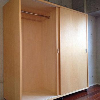こちらの収納はキャスターが付いているので自由に動かせます。※写真は6階の反転間取り別部屋のものです