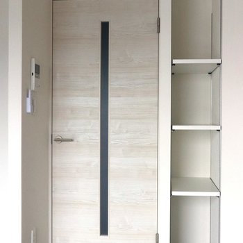 【LDK】扉の横にも小物用収納があります