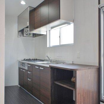 大きめキッチンの横には便利な棚付き!