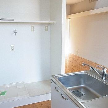洗濯機置き場もこちらに。※写真は2階の反転間取り別部屋のものです