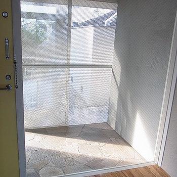 玄関前にもポーチ。※写真は2階の反転間取り別部屋のものです