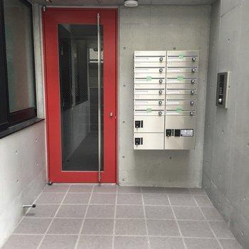 ドアの赤がいいアクセントですね。