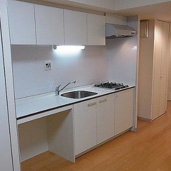 キッチンは2口コンロです※写真は5階の同間取り別部屋のものです。