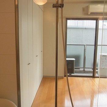 お風呂場から室内※写真は5階の同間取り別部屋のものです。