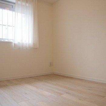 【寝室】4畳でも天井が高いので窮屈じゃない!※写真は前回募集時のものです。