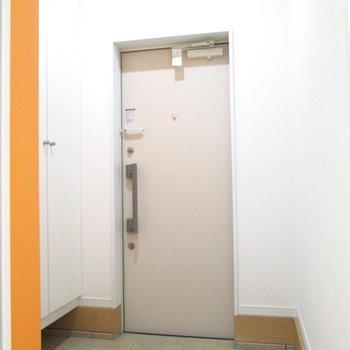 【1F】シェアするのにも十分は広さの玄関。※写真はクリーニング前のものです