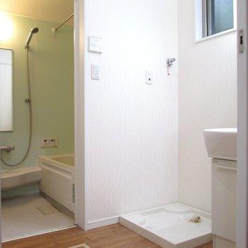 【1F】向かいは脱衣所。洗濯機置場上には小窓も。※写真はクリーニング前のものです