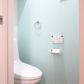 【1F】爽やかなアクセント壁のトイレです。※写真はクリーニング前のものです