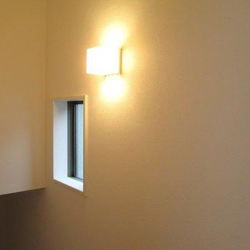 【2F】階段は小窓とライトで明るく照らします。※写真はクリーニング前のものです