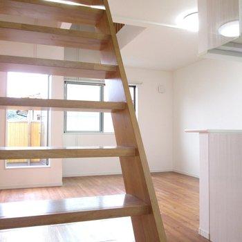 【2F】階段を上って3階に行ってみましょう〜※写真はクリーニング前のものです