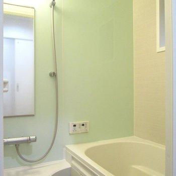 【1F】奥はライトグリーンの浴槽。※写真はクリーニング前のものです
