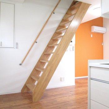【2F】階段前にも収納。※写真はクリーニング前のものです
