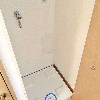 洗濯機置き場は扉で隠せるタイプ。(※写真は5階の同間取り別部屋のものです)