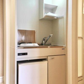 ミニ冷蔵庫付きのコンパクトキッチン。(※写真は5階の同間取り別部屋のものです)
