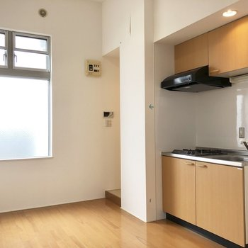 【キッチン】正面奥が洗濯機置場と浴室になっています。。※写真はクリーニング前のものです。
