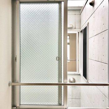 【洋室】こちらからもキッチンと廊下の窓が見えます。