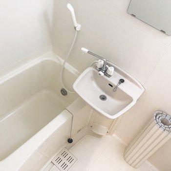 浴室はコンパクト。 鏡があるのが嬉しい。 ※写真はクリーニング前のものです。