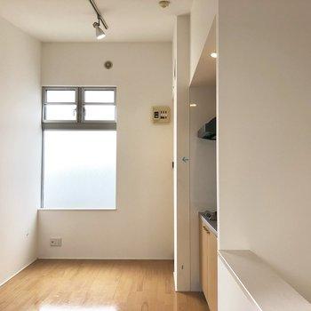 【キッチン】頑張って階段を上がると…右手にはキッチンが。窓が大きくて日当たりも◎。※写真はクリーニング前のものです。