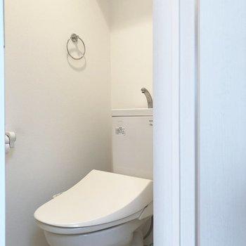 トイレは階段上がってすぐ右手に。
