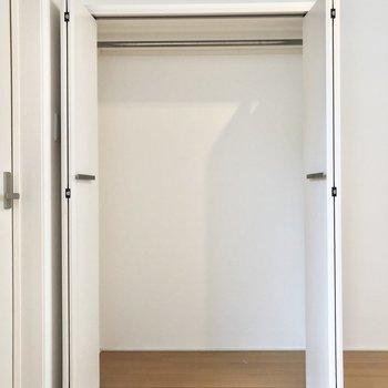 【洋室】収納はコンパクト。足りない場合は隣にもう一つ棚を置きましょう。※写真はクリーニング前のものです