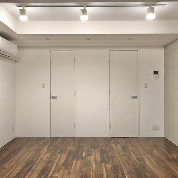 【ベッドルーム】まずは左の扉から開けてみましょうか。
