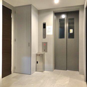 お部屋はエレベーターの隣に位置しています。
