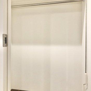 【ベッドルーム】たっぷり入るウォークインクローゼットです。