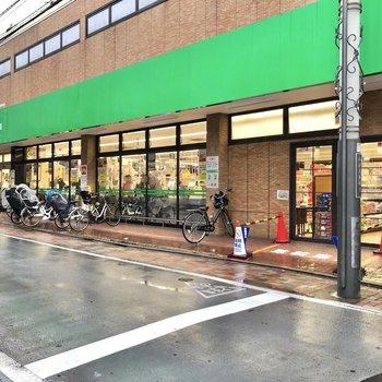 駅前まで行くと深夜1時まで営業しているスーパーもありますよ。