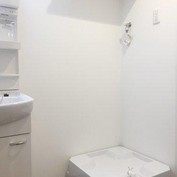 脱衣所に洗濯機があるのが便利です。