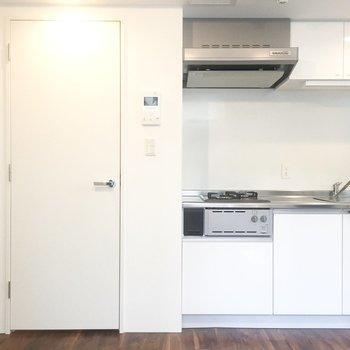 扉の隣にキッチン。