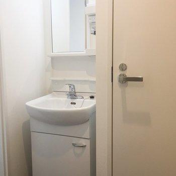 洗面台はすっきりと。※写真は4階の同間取り別部屋のものです